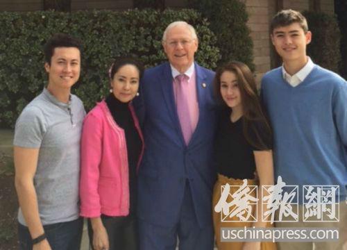中国侨网胡慧玲的全家福合影。(美国《侨报》/高睿 摄)