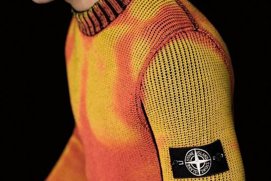 同款不同色?这款毛衣能根据周围不同温度改变颜色