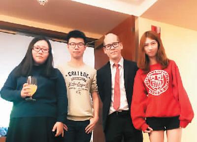 参加班级派对之后,董俊杰(左二)与老师和同学的合影。通过这次派对,他结识了许多新朋友,也进一步融入当地生活。