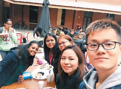 颜仕琦(右一)时常与同学出去聚餐,但他更喜欢自己在家做中国美食。他精湛的厨艺吸引了很多同学到家里做客。