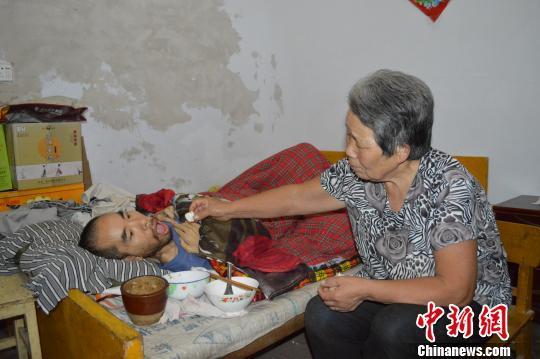 河北一夫妻照顾肌肉萎缩儿子37年 用爱创造奇迹