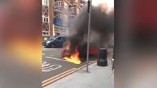 伦敦闹市汽车变移动火球 英雄小哥试图拦停未果