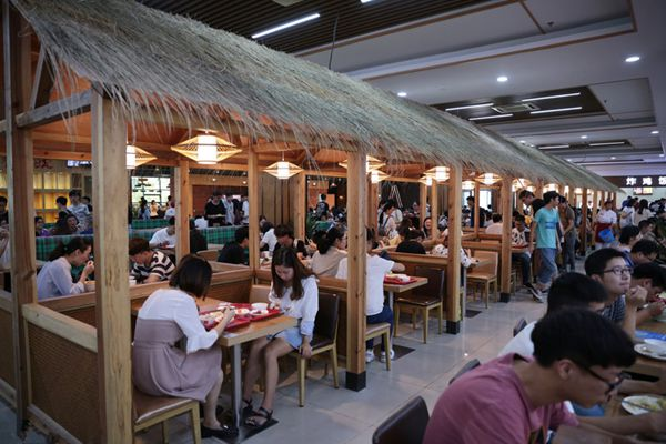 不仅好吃还好看 杭州一高校食堂搭茅草屋走红