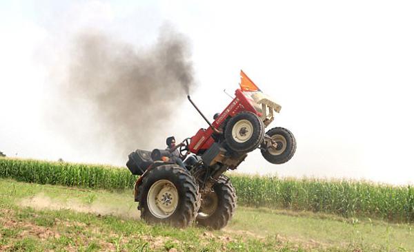 厉害了!印小伙开拖拉机表演前轮离地平衡特技