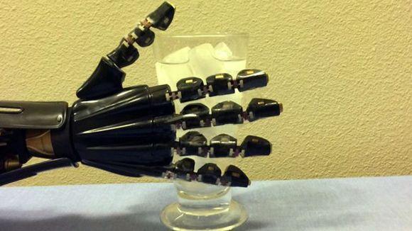 美科学家研制新型人造皮肤 机器人将能感知冷热