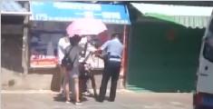 暖心一幕:男子突然晕倒在路边 女孩为其撑伞