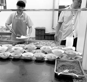 """川大食堂摆""""土豆宴"""" 原味土豆整个煮熟最受欢迎"""