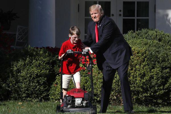美国11岁男孩圆梦白宫修草坪 特朗普贴心陪伴父爱满满