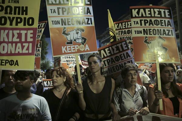 希腊百人参加反种族主义抗议 现场火光四溅