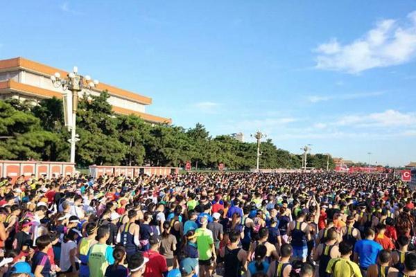 北京马拉松正式开跑 参赛者从天安门出发