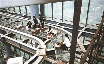 """北京高楼10多年仍未完工成网红 """"爬楼族""""光顾探险"""