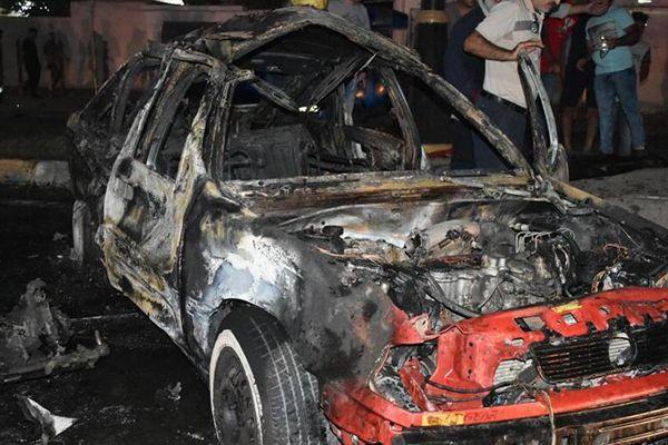 伊拉克炸弹袭击致3死9伤 汽车被烧成铁架