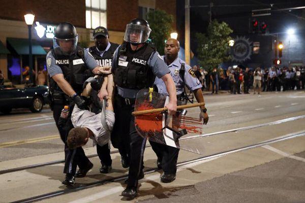 美国白人警察枪杀黑人被判无罪 民众抗议发生暴动
