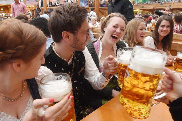 德国慕尼黑啤酒节开幕 民众拼酒狂欢