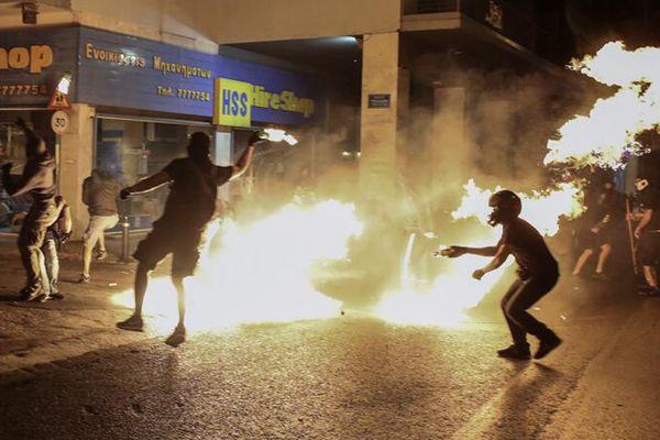 希腊民众举行反法西斯游行 示威者纵火与警察发生冲突