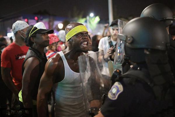 美国警察枪杀黑人被判无罪引抗议 10多名抗议者被捕