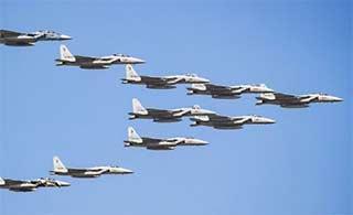 日本F15老骥伏枥进行飞行表演