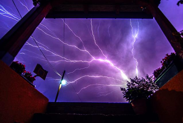 环球图片一周精选 马其顿电闪雷鸣似末日