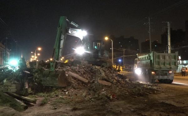 """上海""""最牛钉子屋""""今晨拆除:矗立路中14年 90分钟拆完"""