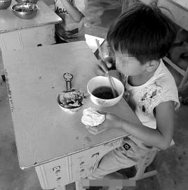 留守女孩将菜打包给爷爷奶奶 自己拿馒头蘸汤吃
