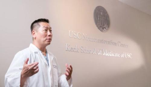 """美华裔医师参与打造""""钢铁侠"""" 助瘫痪病人站起来"""