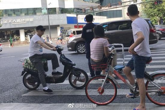 """小伙骑共享单车将女友放车篮秀恩爱遭""""王之侧视"""""""