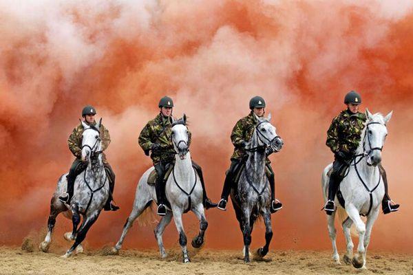 荷兰骑兵进行议会开幕仪式彩排 在烟雾中接受压力测试