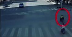 男子被撞一个空翻救命