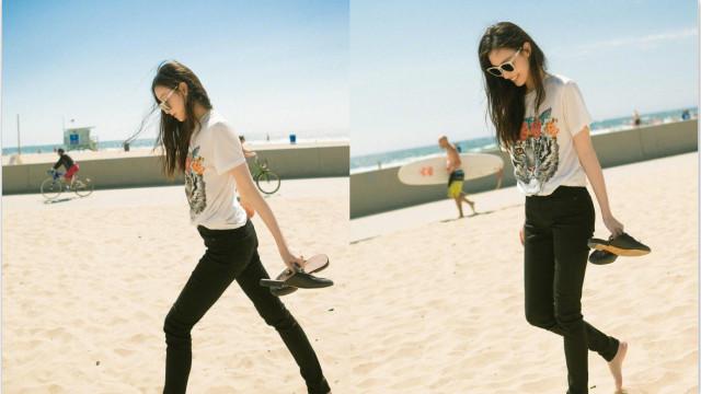 倪妮赤脚漫步沙滩 笑容满面