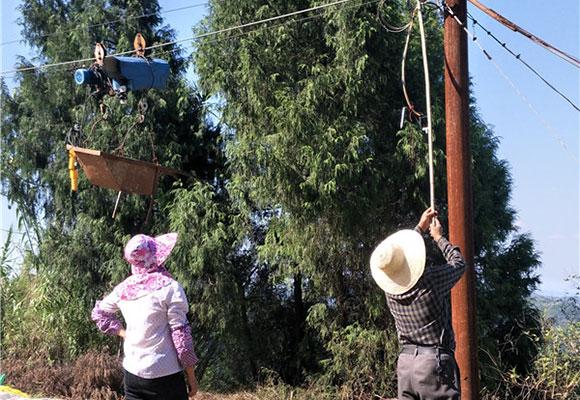 四川农民自建深山索道 运送物资上下山