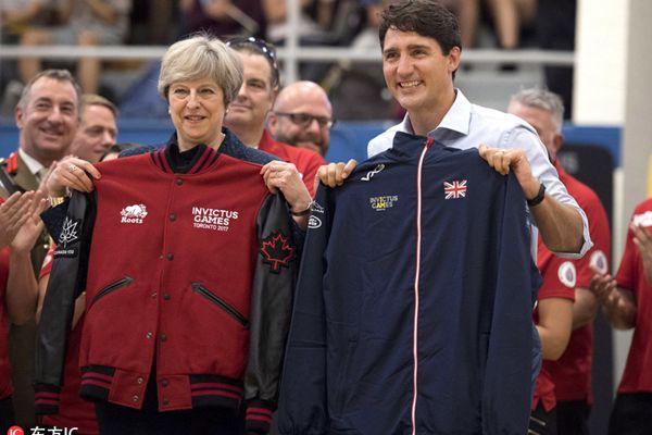 英首相特雷莎出访加拿大 帅哥总理特鲁多陪同玩转篮球