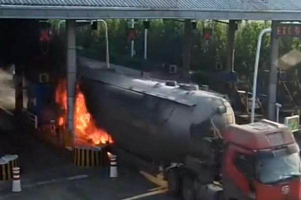 着火罐车狂奔3公里 冲进收费站求救