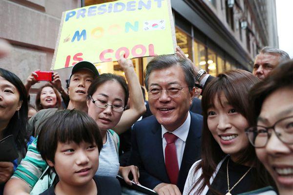 文在寅偕妻会见旅美韩国人 被民众簇拥合影人气超高