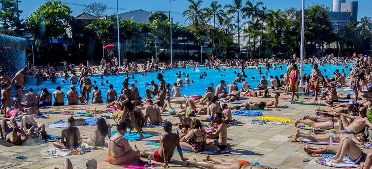 """巴西圣保罗持续高温 民众扎堆泳池犹如""""下饺子"""""""