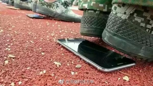 高校手机垫底站军姿 校方:教官可选择喜闻乐见方式