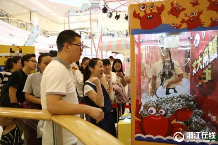 杭州现大闸蟹夹娃娃机:有人连抓10对蟹