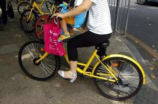 共享单车儿童座椅热卖 家长评论:孩子头磕大包