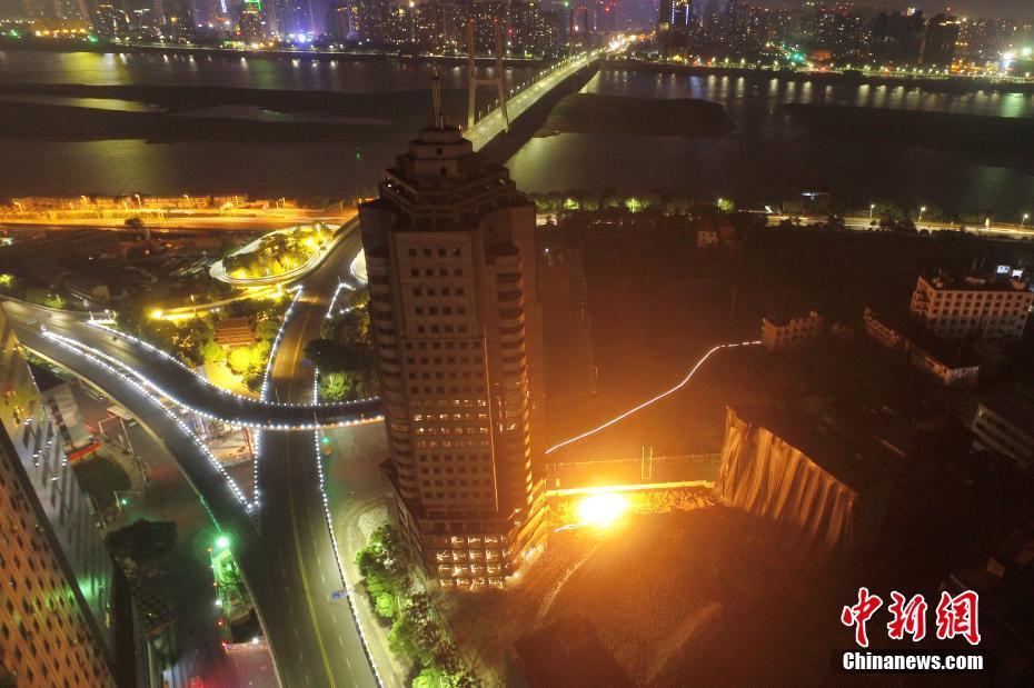 航拍:南昌一26层高楼爆破拆除