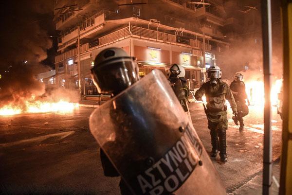 希腊比雷埃夫斯反法西斯抗议活动 现场冲突不断火光冲天
