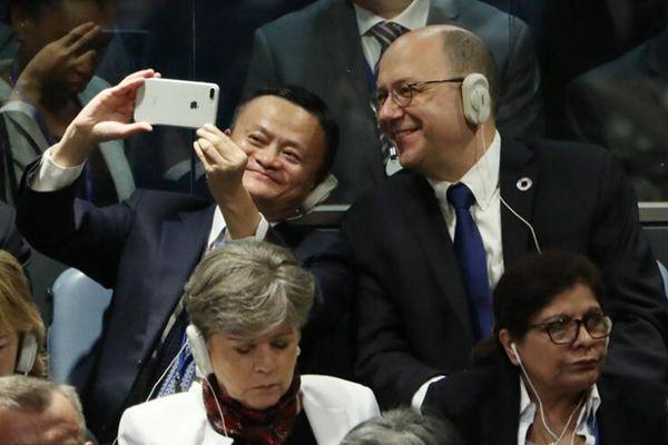 """马云出席联大""""一般性辩论"""" 会场与邻座合影自拍"""