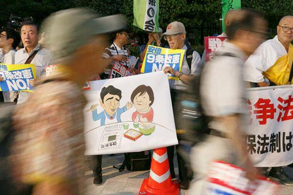 安倍或将于10月提前大选 民众在国会外举行抗议活动