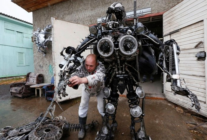 战斗民族DIY:用汽车零件打造会动的异形武士