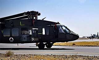 美军派C17运黑鹰直升机给阿富汗