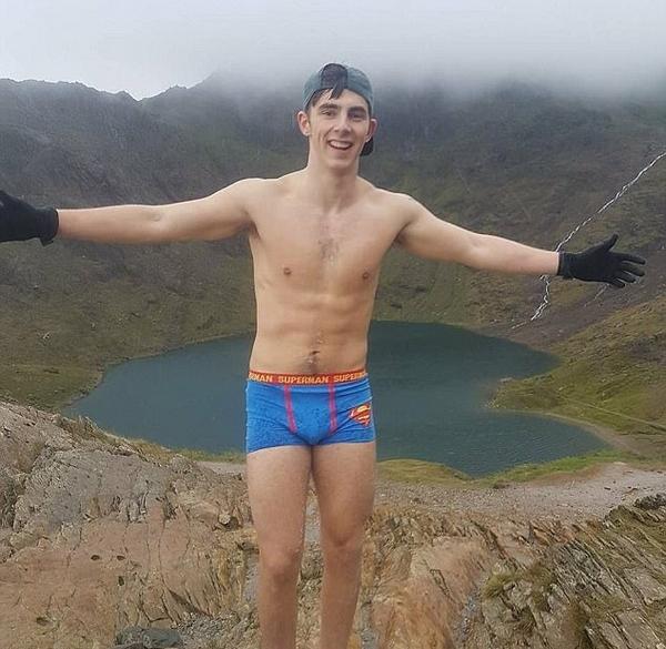 英大学生穿超人内裤登顶千米高峰为痴呆症募捐