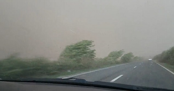 美女子开车回家突遇暴风雨天昏地暗 场面震撼