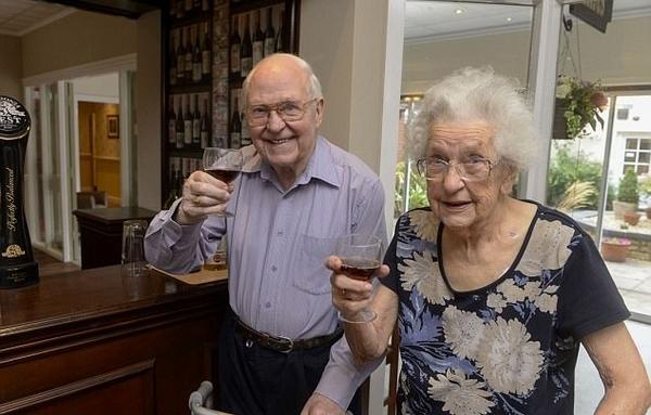 英疗养院开设专属酒吧为老人提供独特体验