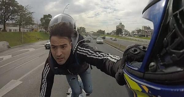 玩命!阿根廷男子站着骑摩托车取掉头盔玩儿自拍