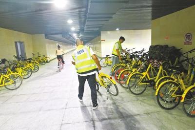 """地下人行通道成共享单车""""停车场"""":清理一批来一批"""