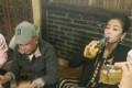 豪爽!刘涛喝酒对瓶吹 老公王珂在旁喝凉茶