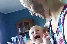 挪威妈妈敷面膜吓哭宝宝